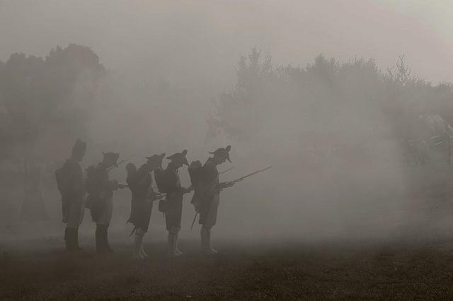 Soldados adentrándose en la niebla
